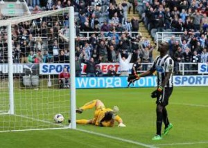 Cisse leaves it late again