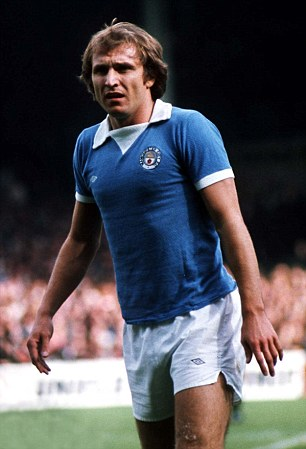 Dennis Tueart (Manchester City) 27/9/75 Manchester City v Manchester United.Credit:Colorsport.